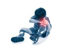Full kropp av den asiatiska fotbollspelaren för ungdom med smärtsamt på knäet Iso Fotografering för Bildbyråer