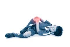 Full kropp av den asiatiska fotbollspelaren för ungdom med smärtsamt på knäet På Arkivfoton