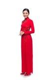 Full kropp av den charmiga vietnamesiska kvinnan i Ao Dai Traditional Dre Royaltyfria Foton