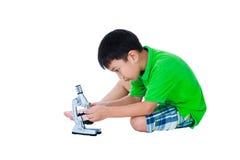Full kropp av det asiatiska barnet med en biologisk preparatio för mikroskop Fotografering för Bildbyråer