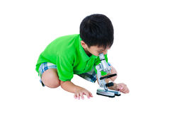 Full kropp av det asiatiska barnet som observeras till och med en mikroskopbiologica Arkivbilder