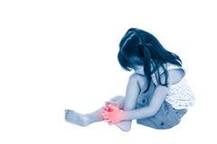 Full kropp av det ledsna asiatiska barnet som såras på tånageln Isolerat på whi Royaltyfria Bilder