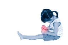 Full kropp av det ledsna asiatiska barnet som såras på tånageln Isolerat på whi Arkivbild