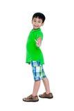 Full kropp av det lyckliga asiatiska barnet som ler och ser kameran Är Royaltyfri Fotografi