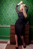 Full kropp för härlig kvinna i grönt tappningrum royaltyfri fotografi