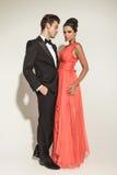 Full kroppbild av elegant omfamna för modepar Royaltyfria Bilder