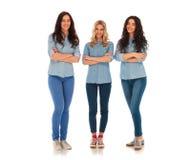 Full kroppbild av stå för tre säkert tillfälligt kvinnor Arkivbild