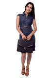Full kroppstående av affärskvinnan i klänningen som är blygsam med portföljen, portfölj som isoleras på vit Arkivfoton