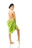 Full kvinna för längdbaksidasikt som slås in i handduk Arkivbild