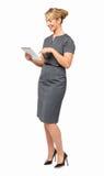 Full längd av affärskvinnan Using Digital Tablet Arkivbild
