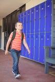 Full längd av den gulliga pojken som går i korridor royaltyfri foto