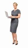 Full längd av den lyckliga affärskvinnan Using Laptop Arkivfoton