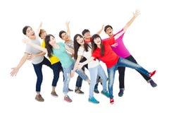 Full längd av den lyckliga unga studentgruppen arkivfoto