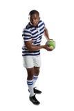 Full längd av den manliga rugbyspelaren som kastar bollen arkivbilder