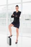 Full längd av en elegant affärskvinna i dräkt med portföljen Royaltyfri Fotografi
