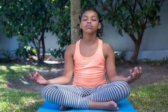Full längd av flickan som mediterar i gård Royaltyfri Foto
