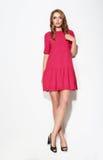 Full längd av kvinnlign i rosa färgklänning royaltyfri fotografi