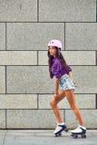 Full längd av lyckligt åka skridskor för rulle för ung kvinna Arkivbilder