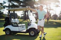 Full längd av mannen med golfbarnvagnen Royaltyfria Foton