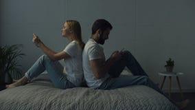 Full längd av positiva par som tillbaka sitter för att dra tillbaka stock video