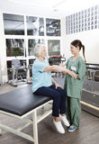 Full längd av sjuksköterskan Putting Crepe Bandage på patients hand Arkivbilder