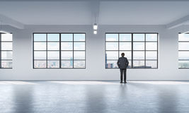 Full längd en man i den formella dräkten som ser ut fönstret i New York Royaltyfria Foton