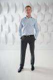Full längd för affärsman i modernt stads- kontor Arkivfoto