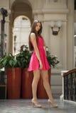 Full längd för stående av den unga härliga kvinnan arkivfoton