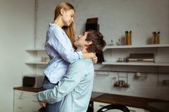Full längdbild av romantiska par hemma arkivfoto