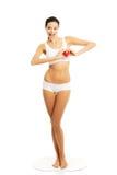 Full längdkvinna i hållande hjärtamodell för underkläder Arkivbild