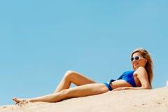Full längdkvinna som ligger på stranden Royaltyfri Fotografi