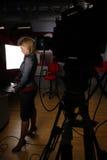 Full längdnewscaster i tvstudio Arkivfoto