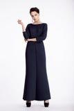Full längdstående av den eleganta kvinnan i lång klänning fotografering för bildbyråer