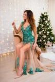 Full längdstående av den härliga kvinnan i lång klänning som dricker c royaltyfri bild