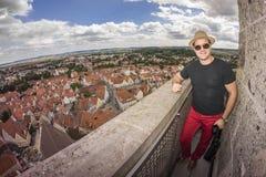 Full längdstående av den lyckliga mannen Fotografering för Bildbyråer