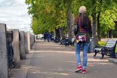 Full längdstående av den lyckliga unga kvinnan som utomhus går med hundkapplöpning i höst Fotografering för Bildbyråer