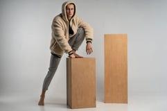 Full längdstående av den starka stiliga mannen i sportwear arkivfoton