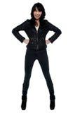 Full längdstående av den stilfulla unga kvinnan Royaltyfri Foto