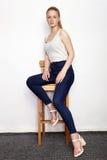 Full längdstående av den unga härliga kvinnan för rödhårig mannybörjaremodell i vit t-skjorta jeans som öva posera visningsinnesr Arkivfoto