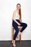 Full längdstående av den unga härliga kvinnan för rödhårig mannybörjaremodell i vit t-skjorta jeans som öva posera visningsinnesr Royaltyfri Bild