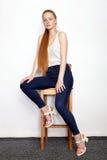 Full längdstående av den unga härliga kvinnan för rödhårig mannybörjaremodell i vit t-skjorta jeans som öva posera visningsinnesr Royaltyfria Bilder
