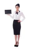 Full längdstående av den unga stewardessvisningbärbara datorn med bla Arkivfoton