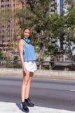 Full längdstående av det turist- flickaanseendet för student i stren royaltyfria bilder