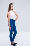Full längdstående av en allvarlig kvinnlig tonåring Royaltyfria Foton