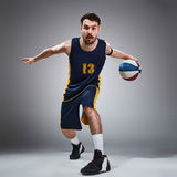 Full längdstående av en basketspelare med bollen arkivbild