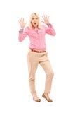 Full längdstående av en förskräckt kvinna arkivfoton