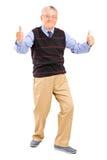 Full längdstående av en gentleman som ger upp tum Arkivfoto