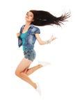 Full längdstående av en gladlynt kvinnabanhoppning på en vitbac Royaltyfri Fotografi
