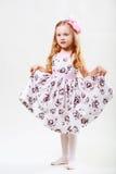 Full längdstående av en gullig liten dansflicka Royaltyfri Foto