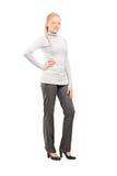 Full längdstående av en kvinna, i att posera för tillfällig kläder Arkivbild